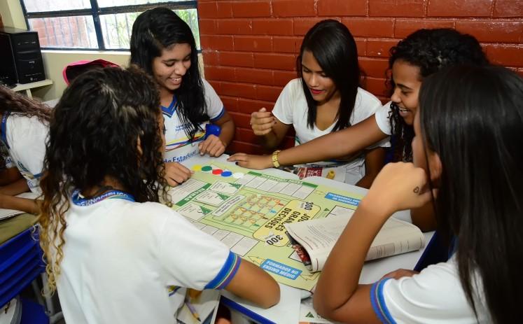 """Inscrições abertas para voluntários do programa """"As vantagens de permanecer na escola"""", da Junior Achievement"""