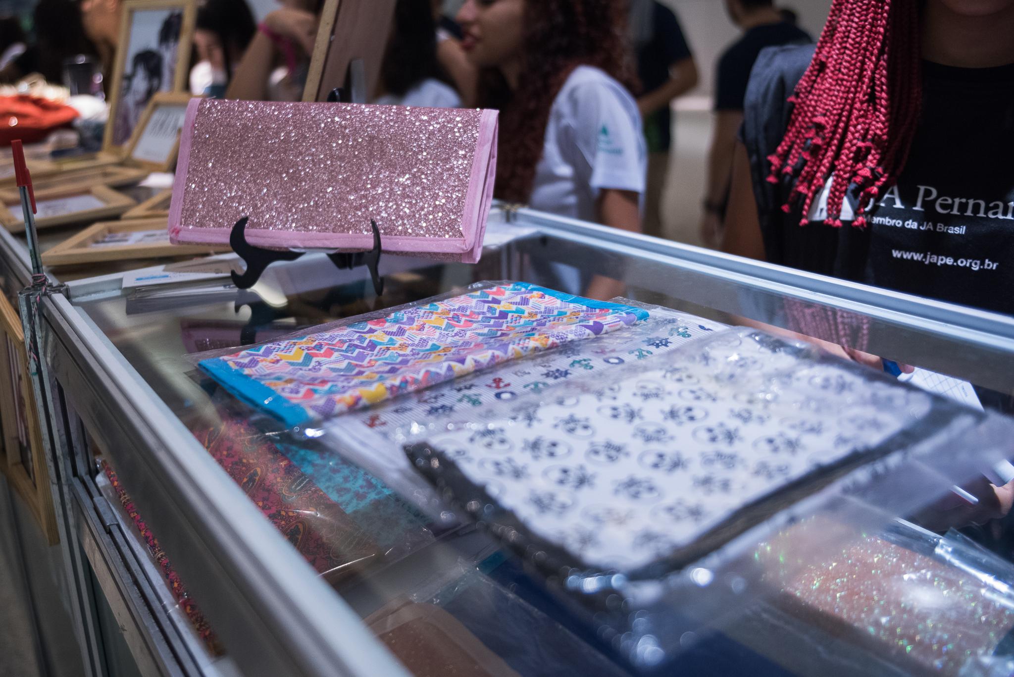 Jovens comercializam seus produtos na 19ª Feira de Miniempresas, da Junior Achievement Pernambuco